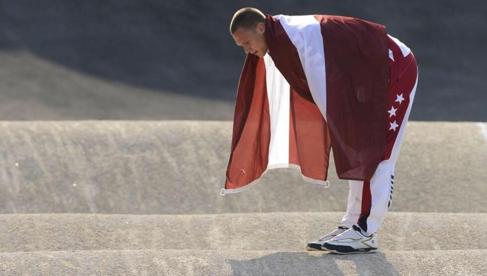 FORSVARTE GULLET: Maris Strombergs fra Latvia var best da det gjaldt og forsvarte OL-tittelen i BMX-sykling. Foto: AFP PHOTO / LEON NEAL