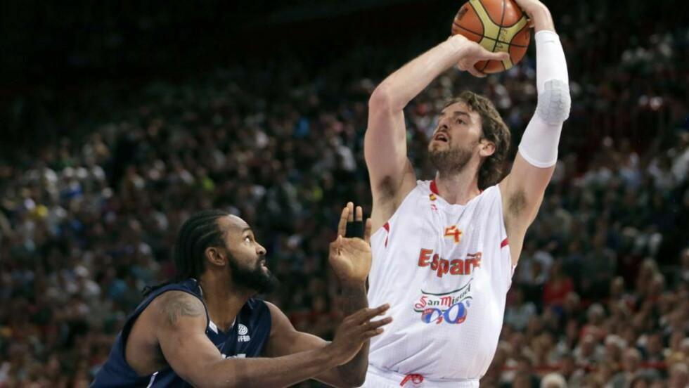 FINALE-KLAR: De spanske europamesterne slo tilbake i siste halvdel og tok seg til OL-finalen i basketball med 67-59 over Russland fredag. Foto: AFP PHOTO / KENZO TRIBOUILLARD