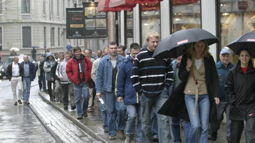 STOR ØKNING:  Antall arbeidsinnvandrere i Norge har økt med 11 prosent eller 26 400 på ett år. Her er polske arbeidere utenfor ADECCOs lokaler i Oslo. Foto:  Geir Bølstad / Dagbladet