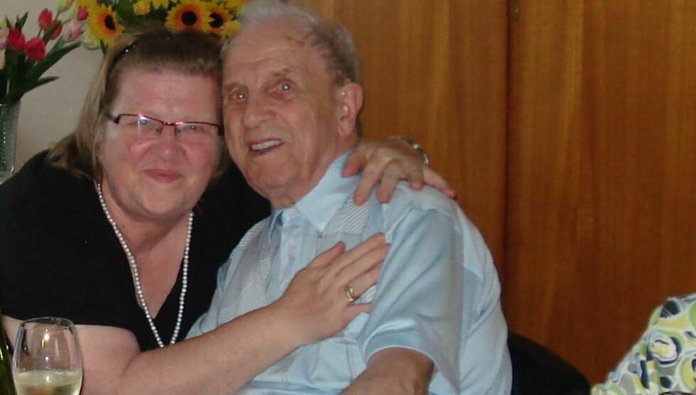 GJENFORENT: Etter 66 år er endelig Astrid og faren Andre gjenforent. Foto: PRIVAT