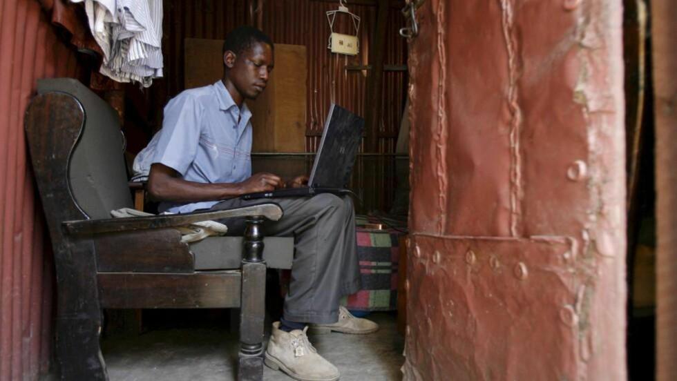 SLIK BOR PRESIDENTENS HALVBROR: Barack Obamas 21 år yngre halvbror, George Hussein Obama (bildet), bor i et blikkskur i det beryktede slumområdet Huruma i Kenyas hovedstad Nairobi. Foto: EPA / Stephen Morrison / NTB Scanpix