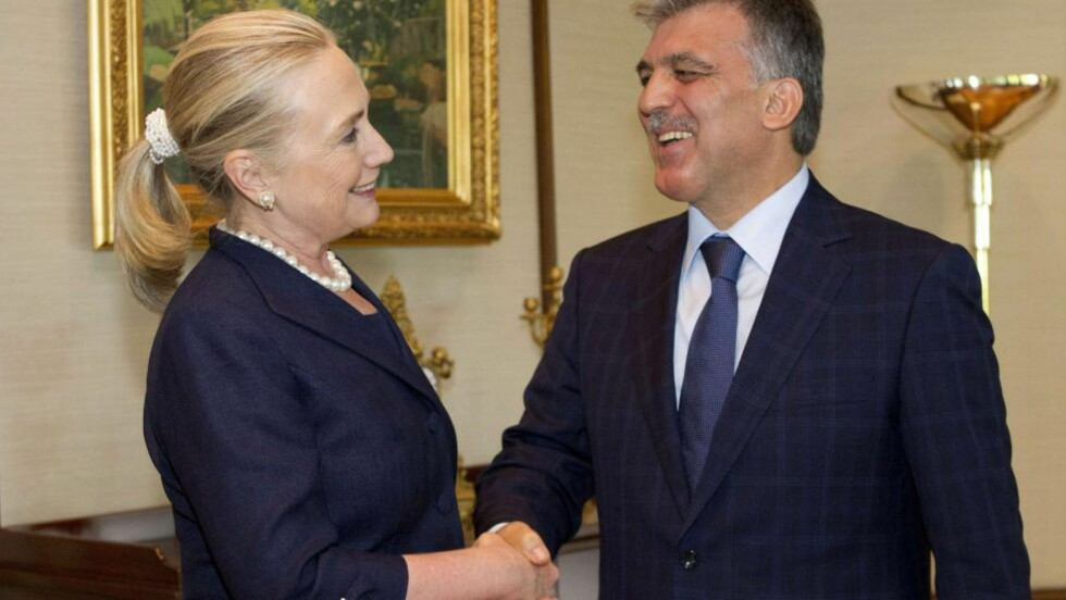 SAMMEN MOT AL-ASSAD: USAs utenriksminister Hillary Rodham Clinton hilser på Tyrkias president Abdullah Gul i Tarabiya-palasset i Istanbul tidligere i dag. Foto: AFP/Jacquelyn Martin