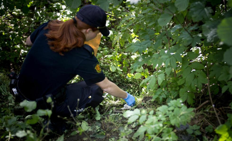NYTT SOKKFUNN:  I går fant personer fra det frivillige søket en hvit sokk i skogbrynet ved Skøyenåsen skole. Politiet kom og sikret funnet. Foto: Øistein Norum Monsen / DAGBLADET