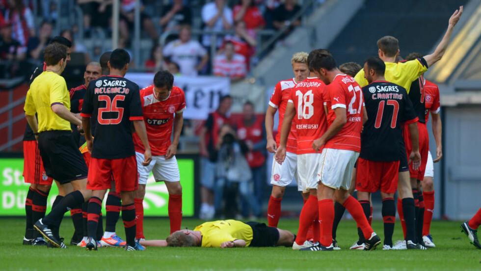 LØP NED DOMMEREN: En treningskamp mellom Fortuna Düsseldorf og Benfica ble lørdag brått avbrutt da Benfica-kaptein Luisão satte inn en kroppstakling på dommer Christian Fischer. Foto: AP Photo / Patrick Sinkel / NTB Scanpix