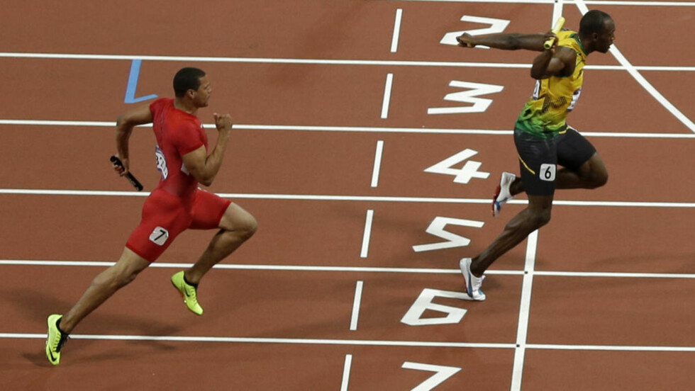 GULL! Usain Bolt løper over mållinja foran USAs Ryan Bailey. Foto: AP Photo/Mark Baker