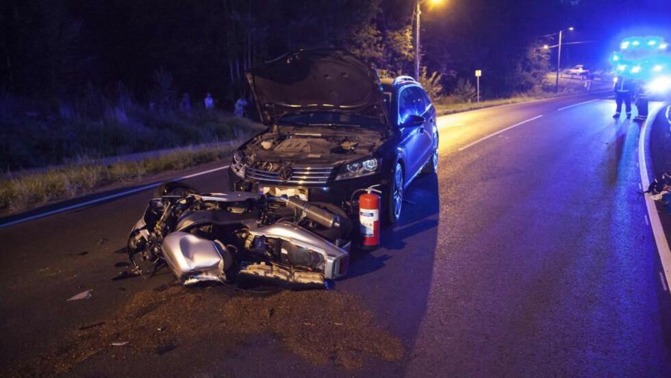 MØTEULYKKE: Føreren og passasjeren på motorsykkelen som frontkollidert i Bamble i kveld er brakt til sykehus i Skien, hardt skadet. Foto: Per Flåthe