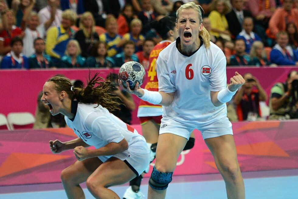 JAAAAAAAAAAAAAA: Camilla Herrem og Heidi Løke slipper jubelen løs idet de innser at OL-gullet er et faktum. Foto:     AFP PHOTO / CHRISTOPHE SIMON