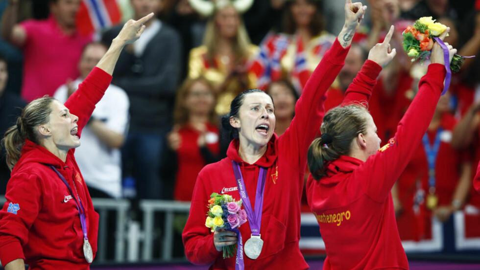 GODT SOM GULL: Montenegros Bojana Popovic (i midten) og lagvenninnene feiret sølvmedaljene som om de hadde vunnet gull. Montenegro deltok i sitt første mesterskap som eget land i EM 2010 og ble nummer seks. I VM i fjor ble de numme 10. Foto: MARKO DJURICA / REUTERS / NTB SCANPIX