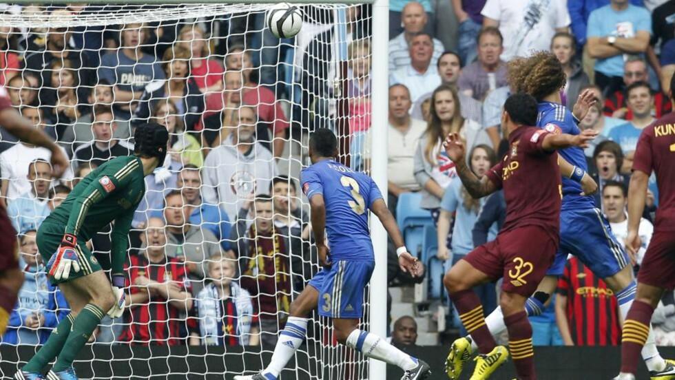TEVEZ-MAGI: Carlos Tevez dro seg forbi to-tre Chelsea-forsvarere og hamret ballen i krysset. Foto: AFP PHOTO/IAN KINGTON