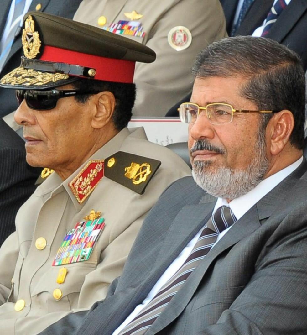 MAKTKAMP: Egypts president Mohamed Mursi (t.h) har i kveld sparket hærsjefen Hussein Tannawi, til venstre. Også General Sami Anan (ikke avbildet) fikk sparken i noe som kan være en dramatisk maktkamp med de militære.  EPA/MOHAMED SMAHA