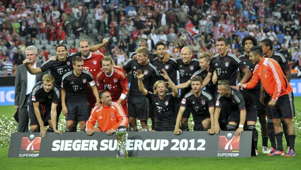 CUPMESTER: Bayern Munchen-spillerne feiret seieren mot Dortmund. Foto:  EPA/FRANK LEONHARDT