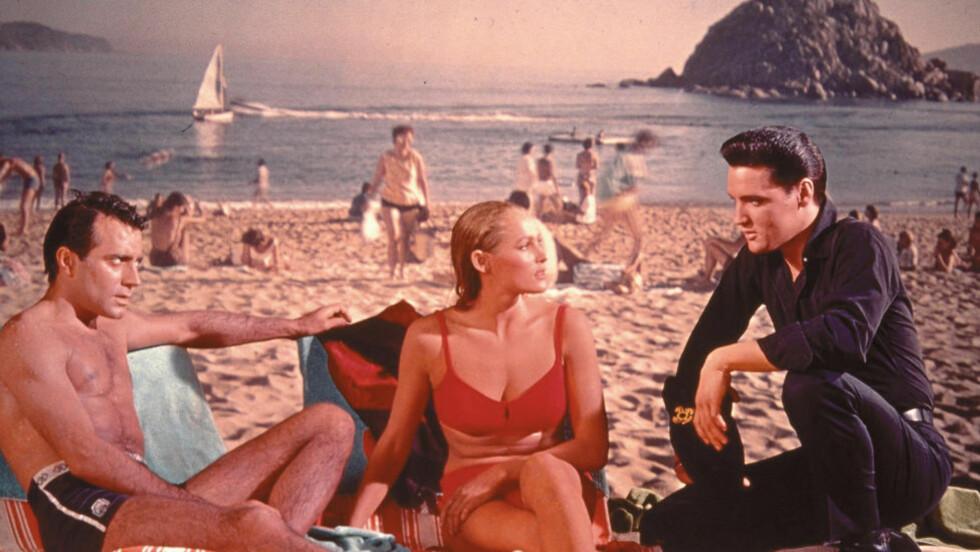 FARGERIKT: Filmen «Fun in Acapulco» (1963) byr ikke på de store, sosiale skildringene av Mexico. Filmen danner bakgrunnen for handlingen i Javier Marías? både gapskrattende og nifse fortelling «Ond natur eller Med Elvis i Mexico». Foto: STELLA PICTURES