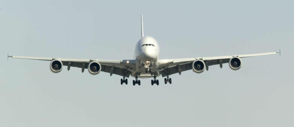 ØREPROBLEMER VED LANDING: Om du får vondt i ørene når flyet går inn for landing, hjelper det å holde for nesa og lage overtrykk, samtidig som du vekselvis svelger og åpner kjeven med lukket munn. Dette kalles Valsalvas-manøveren, forteller Dagbladets reiseekspert, reiselege Gunnar Hasle. Illustrasjonsfoto: DAVID BOILY / AFP PHOTO / NTB SCANPIX