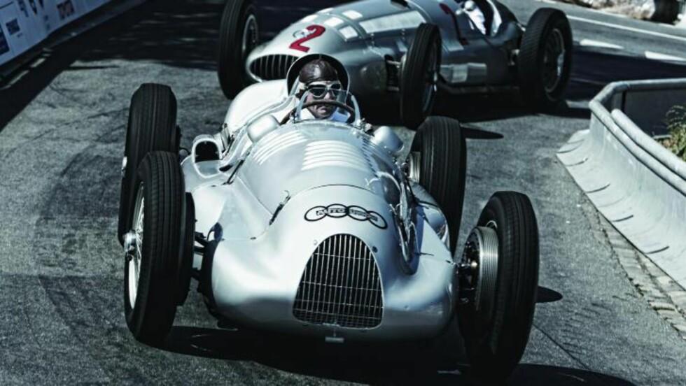 Type D: Hans-Joachim Stuck bak rattet i bilen hans far kjørte på 30-tallet. Her på Goodwood. Bak ham ser man en av Mercedes' sølvpiler.
