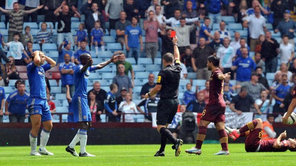 RETT UT: Dommer Kevin Friend nølte ikke etter Chelsea-back Branislav Ivanovics (t.v) takling på Villa Park i går. Foto: EPA/JASON SKARRATT