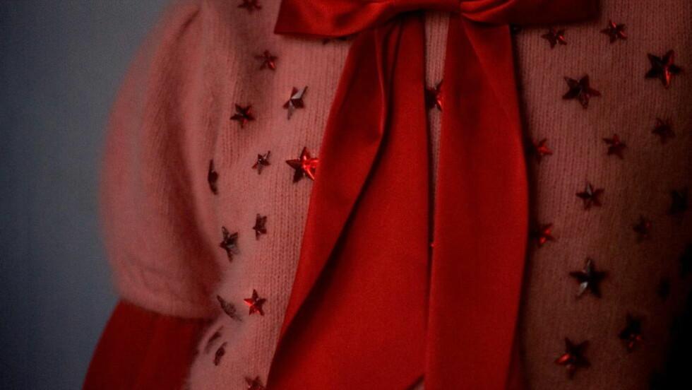 JULIUTVALGET I DIKTKAMMERET spenner fra hemmeligheter under en genser til dødens alvor. Arkivfotoet er fra en reportasje om nyttårsmoten i 2008 preget av glitter og paljetter, og er tatt av Dagbladets fargesterke fotograf: AGNETE BRUN/MAGASINET