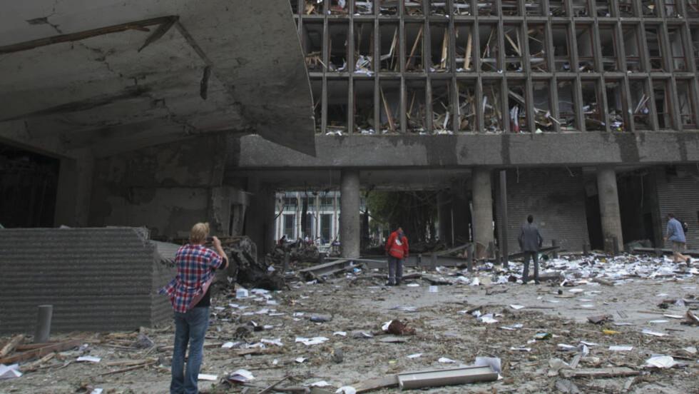 TERROR RAMMER NORGE: Eksplosjon i Regjeringskvartalet der en bombe gikk av fredag 22. juli i fjor. Høyblokken og store deler av området rundt ble rammet av den kraftige bombeeksplosjonen. Flere mennesker ble såret eller drept.  FOTO: Morten Holm / SCANPIX
