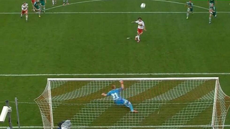 LUFTIG: Jonathan Sorianos straffespark endte på det engelskmennene ville kalt «row Z». Håvard Nielsens debut for Red Bull Salzburg endte i 0-2 tap blant annet på grunn av denne ufattelige sleiven. Skjermdump: ORF