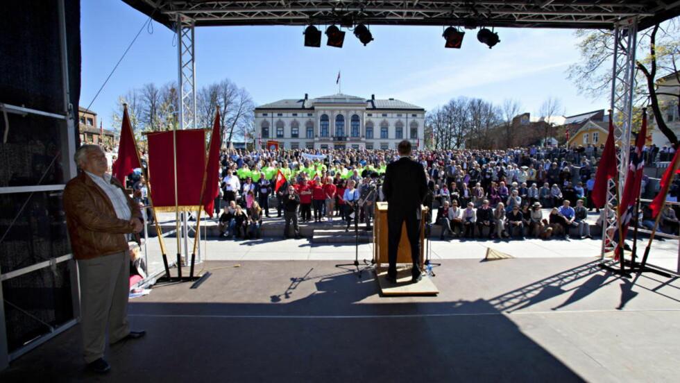 I PORSGRUNN: Trond Giske holdt 1. mai tale i Porsgrunn. REC-ansatte snudde ryggen til. Foto: Torbjørn Berg / Dagbladet