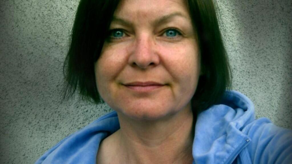 SKRIVER PÅ SPRENG: Multikunstner Cecilie C. Østreng har dedikert seg til skrivinga i sommer. Det gir resultater. Foto: Privat