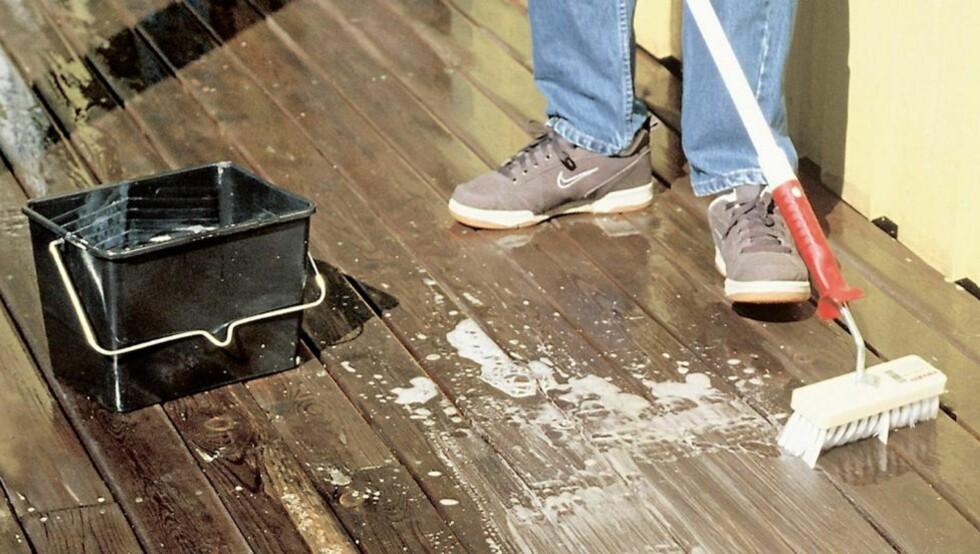 TERRASSEVASK: Terrassen bør vaskes en gang i året. En egen motorisert terrassevasker kan være et effektivt redskap sammen med en egnet høytrykksspyler, men bruk av muskelkraft er sunt og nesten lydløst. Har du en godt egnet vaskekost, en dash med husvask i en bøtte og et forlengerskaft, er du godt hjulpet.  FOTO: Informasjonskontoret for farge og interiør (Ifi)