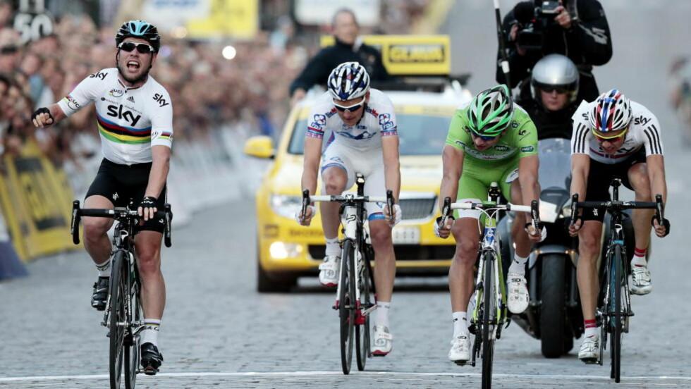 BEST I SPURTEN: Mark Cavendish jubler etter å ha vunnet Oslo Grand Prix. Peter Sagan (grønn trøye) kom på andreplass og Edvald Boasson Hagen (th)  på tredjeplass.  Gabriel Rasch ble nummer fire. Foto: Cornelius Poppe / NTB scanpix