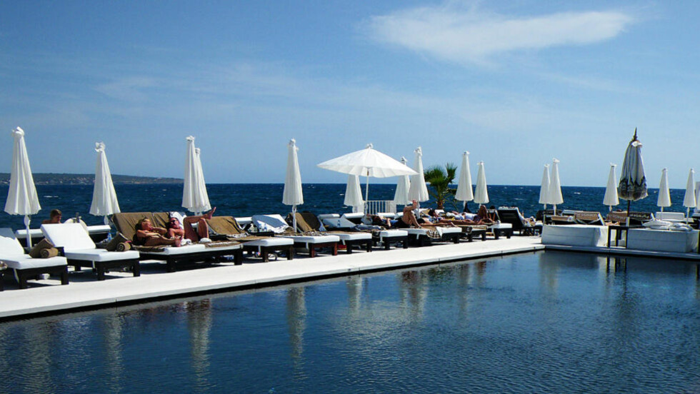 PUROBEACH: Dette er det nye in-stedet på Mallorca, like utenfor Palma by. Foto: KIRSTEN M. BUZZI