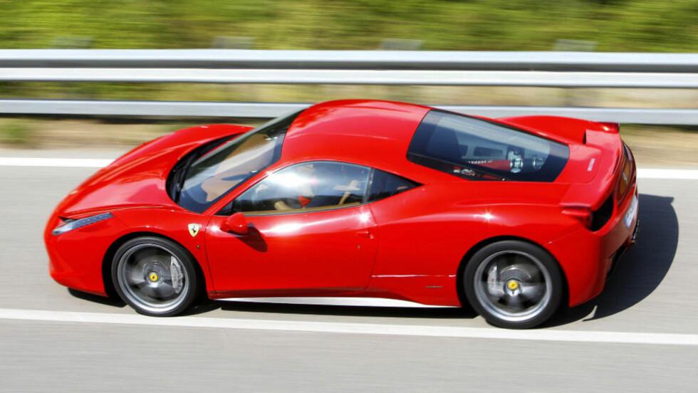 TIL GARASJEN? En Ferrari 458 kan bli din for rundt to millioner kroner. Ikke noen billigbil akkurat, men 500 000 under den billigste for salg i Norge. Foto: FERRARI