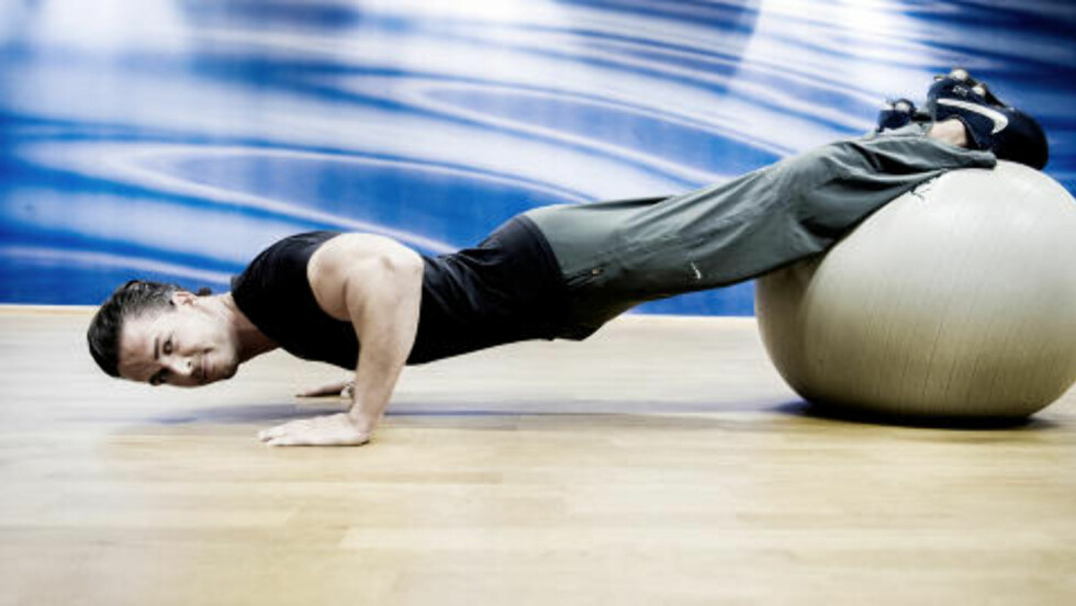 DAG 5: Cornelis planke push-ups på Swissball trener hele kroppen, og kombinerer push-ups og plankeøvelsen. Foto: John Terje Pedersen