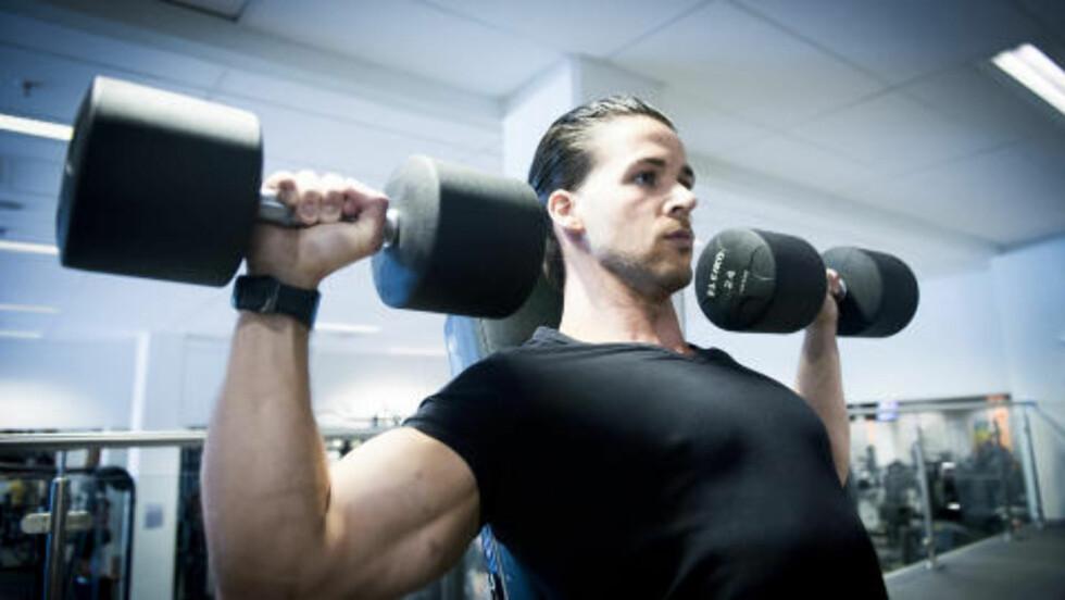 DAG 5: Skulderpress er en nødvendig øvelse for å få inn en god økt for å trene skuldrene. Foto: John Terje Pedersen