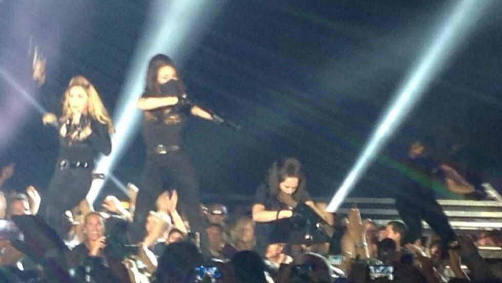 Våpenshow: Madonna og danserne hennes på scenen i Oslo. Foto: Therese Doksheim
