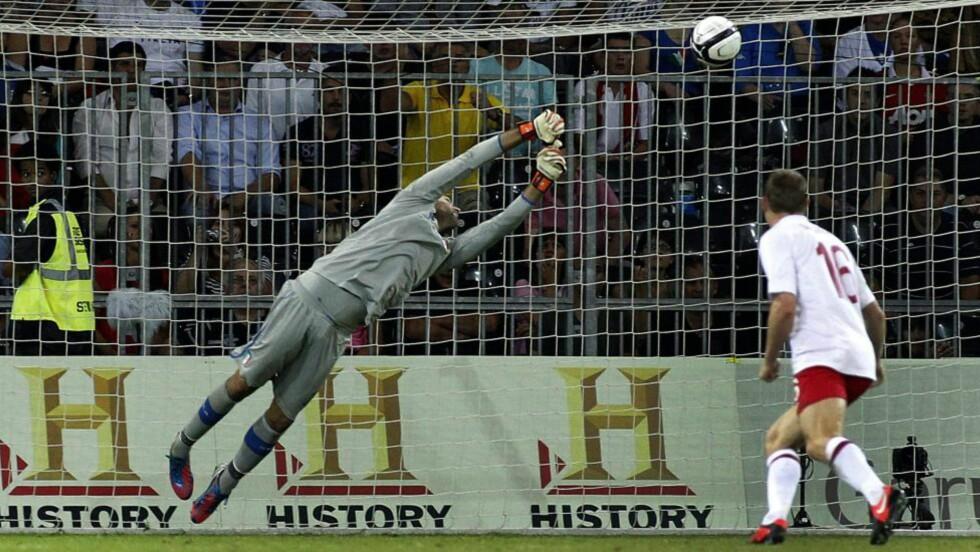 PRAKTMÅL: Jermaine Defoe scoret matchvinner-målet mot Italia. Gianluigi Buffon strakk seg så lang han var etter skuddet til Tottenham-spissen, men klarte ikke hindre scoring. Foto: EPA/SALVATORE DI NOLFI