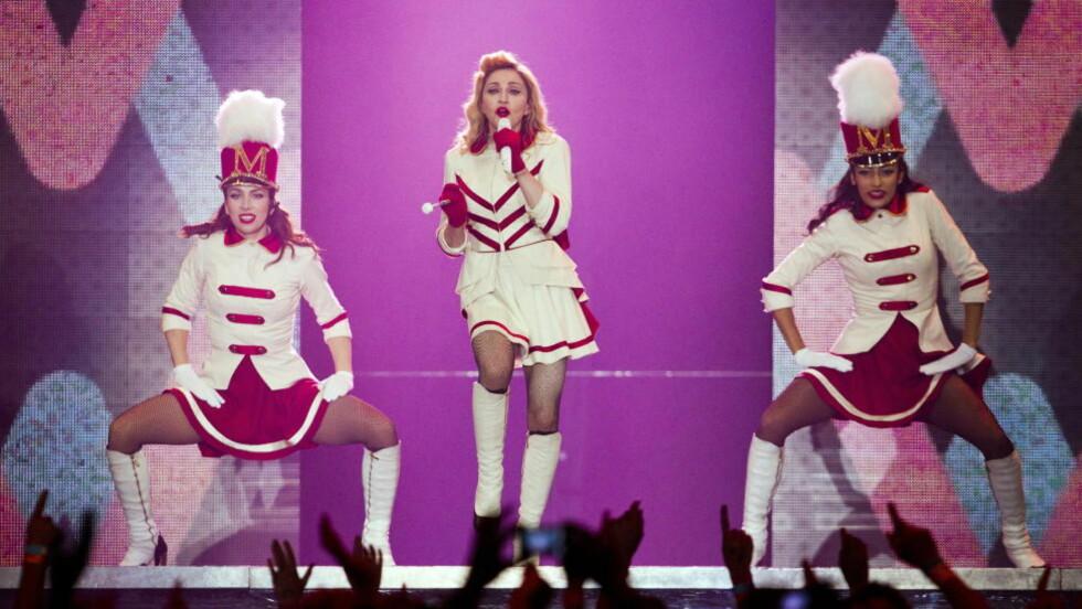 DRILLPIKE: 86 konserter i 30 land er Madonnas «MDNA»-turné. Her er hun på scenen i Telenor Arena. Foto: NTB Scanpix