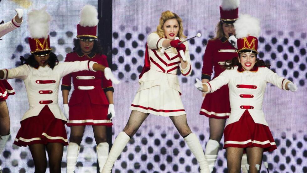 FULLSTAPPET SHOW: Det var mye som skulle ha plass på scenen under Madonnas opptreden på Telenor Arena. Foto: NTB Scanpix.