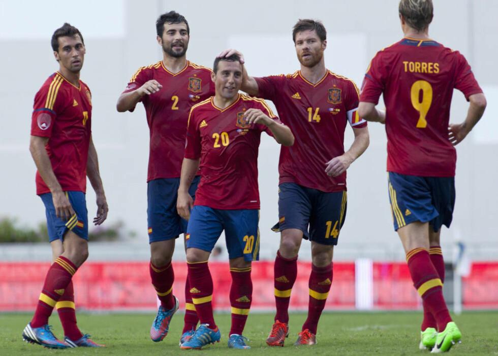 ÅPNET BALLET: Arsenal-nykommer Santi Cazorla (midten) scoret Spanias første mål i kampen mot Puerto Rico. Like etterpå fulgte Cesc Fabregas opp og doblet ledelsen. Foto: Ana Martinez / REUTERS / NTB Scanpix