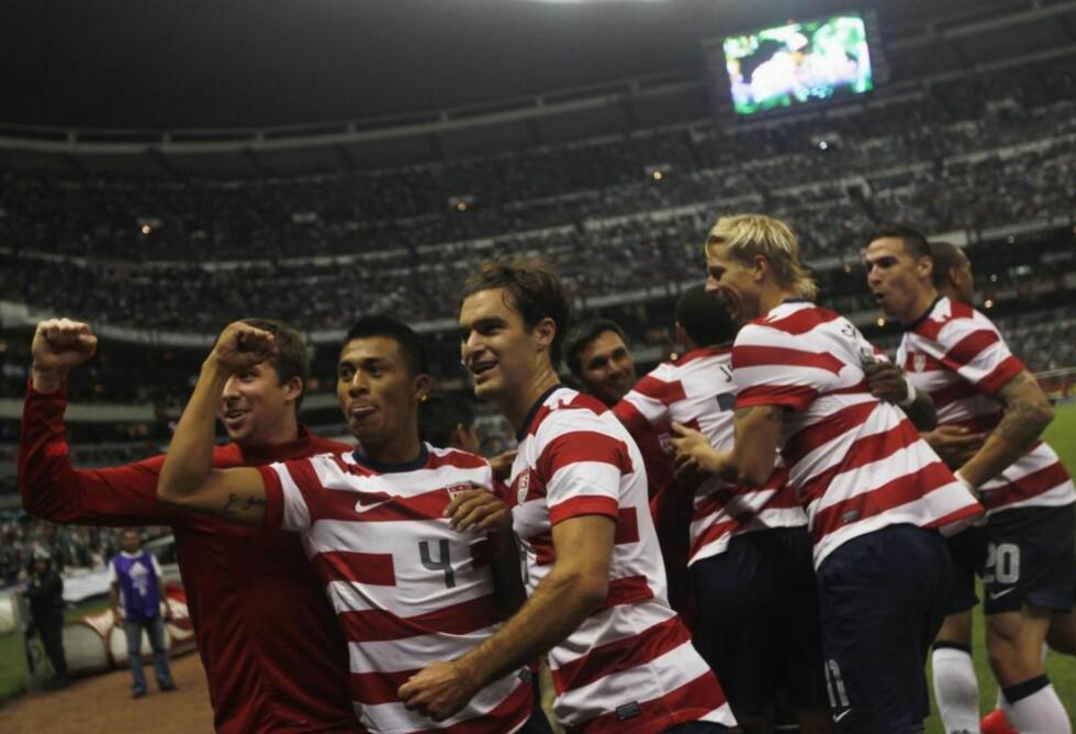 MATCHVINNER: Michael Orozco (nr. 4) scoret kampens eneste mål da USA vant på mektige Azteca mot Mexico for første gang noensinne. Foto: Edgard Garrido / REUTERS / NTB Scanpix