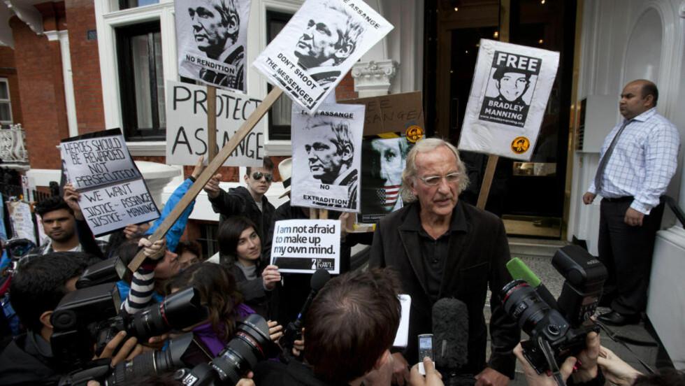 TRUER: Britiske myndigheter truer med å storme Ecuadors ambassade i London for å hente WikiLeaks-grunnlegger Julian Assange med makt. I dag får han svar på sin asylsøknad. Foto: REUTERS/Neil Hall/NTB SCANPIX