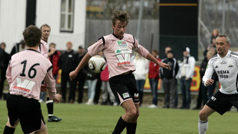 LØPSSTERK: Petter Northug (midten) er forhindret fra dyrke sin andre idrettshobby, fotball. Her i aksjon mot gamle fotballstjerner i RBK-drakter i 2010.  Foto Tom Østhuus / Dagbladet