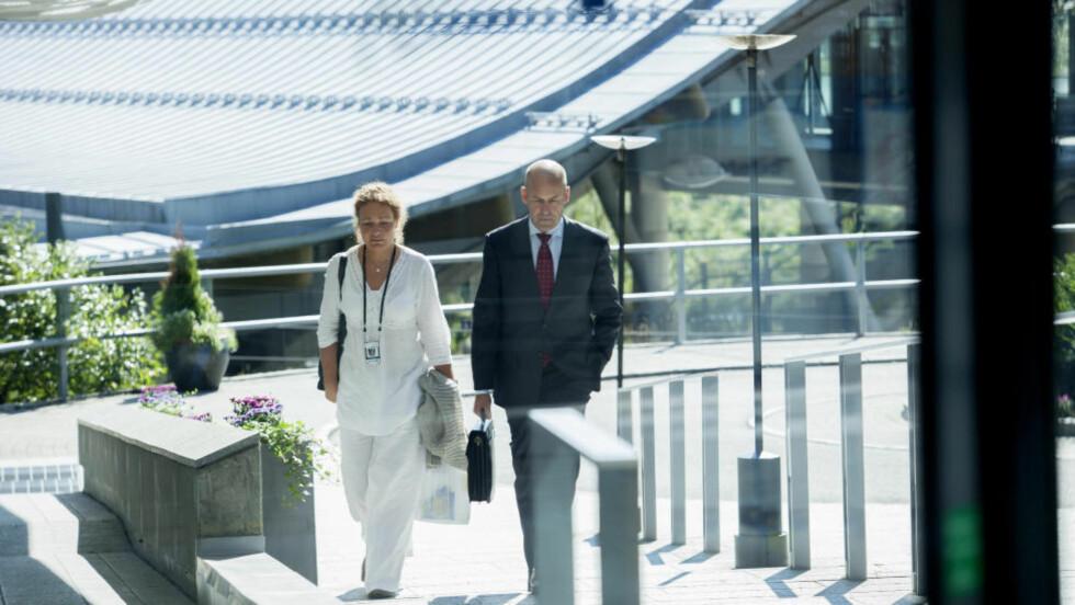 ALVORSTYNGET: Politidirektør Øystein Mæland ankom like før klokka 12 Radisson-hotellet på Gardermoen, på vei inn til krisemøte med politimestrene. Foto: JO STRAUBE / DAGBLADET