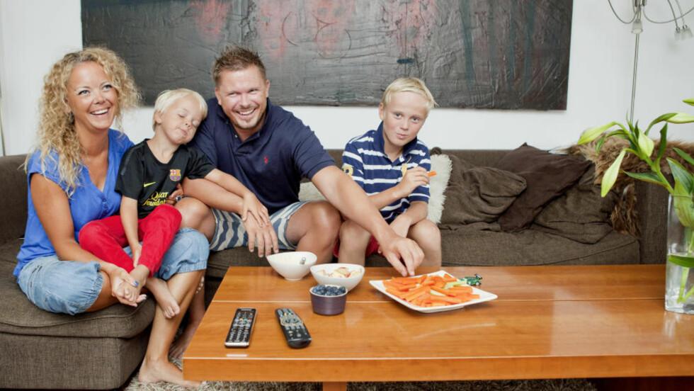 SAMHOLD: Linda, Liam, Werner og Edward er blitt mer energiske og friskere etter at de la om kostholdet for to år siden. Grønnsaker med dip, bær og frukt er blitt hverdagssnacks for dem. Foto: ELISABETH SPERRE ALNES/DAGBLADET