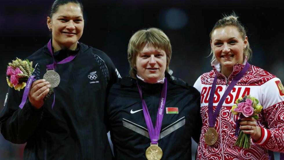 FORBANNA: Nadzeja Ostaptsjuk (i midten) vant OL-gull i kule, men ble dagen etter OL i London tatt for dopingbruk Nå raser Valerie Adams som ble nummer to. Bronsen (nå sølv) gikk til Evgeniia Kolodko. Foto: REUTERS/Eddie Keogh