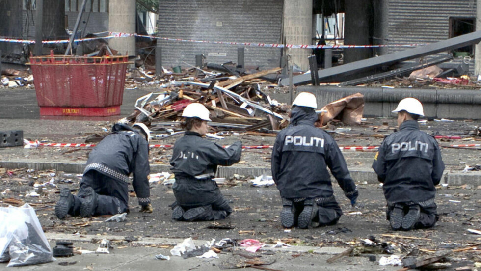 PÅ KNÆRNE: Politifolk gjennomsøker Høyblokka etter terrorangrepet i fjor. Foto: Kripos / NTB Scanpix  Foto: KRIPOS / Scanpix