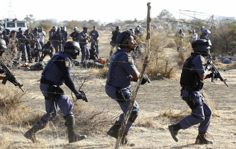 UTE AV KONTROLL: Sørafrikansk politi åpnet ild mot angripende arbeidere som i over ei uke har forskanset seg ved ei gruve nordøst i landet. Foto: SIPHIWE SIBEKO / REUTERS / NTB SCANPIX