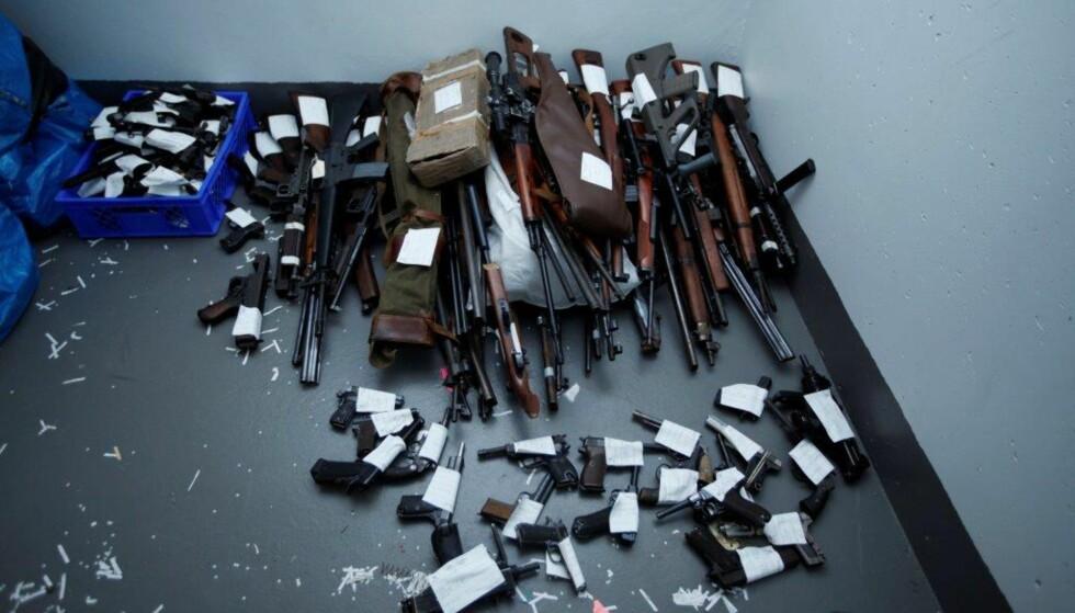 GIGANTBESLAG: Rundt 1000 våpen er beslaglagt av politiet i Hønefoss. Foto: Politiet