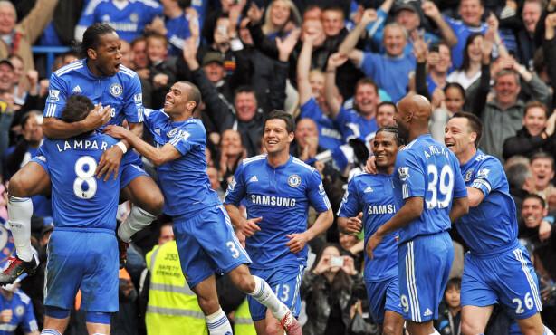 LIGASEIER: Chelsea feirer å ha vunnet ligatittelen hjemme mot Wigan. Foto: AFP PHOTO/CARL DE SOUZA