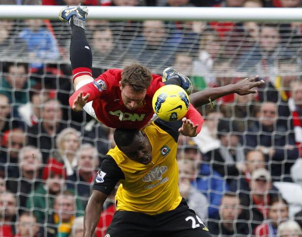 DUELL: Uniteds Phil Jones i duell med Blackburns Ayegbeni Yakubu fra kampen hvor sistnevnte scorte to mål. Foto:REUTERS/Phil Noble