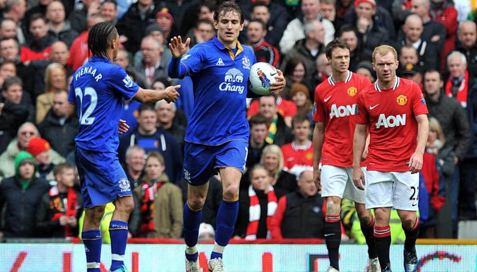 FEIRING: Evertons Nikica Jelavic feirer å ha scoret Evertons tredje mål på Old Trafford. Foto: NTB Scanpix