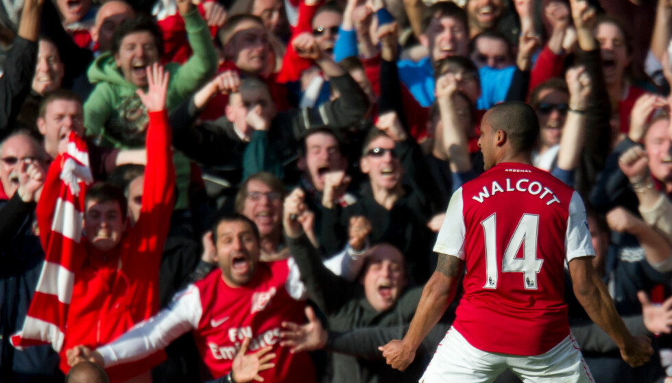 JUBEL: Theo Walcott feirer foran supporterne på Emirates etter å ha puttet to mot Tottenham. Foto: AP Photo/Bogdan Maran