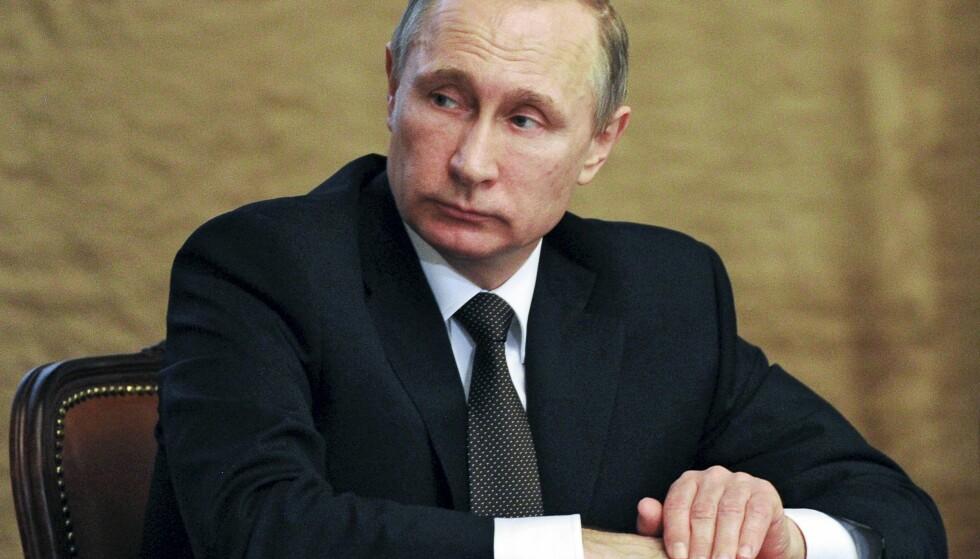 SELV KGB-AGENT: Russlands president Vladimir Putin var i sin tid selv KGB-agent. Her er han under et møte med Federal Security Service (FSB), KGBs etterfølger-organ, i februar i år. Foto: Mikhail Klimentyev, Sputnik, Kremlin Pool via AP