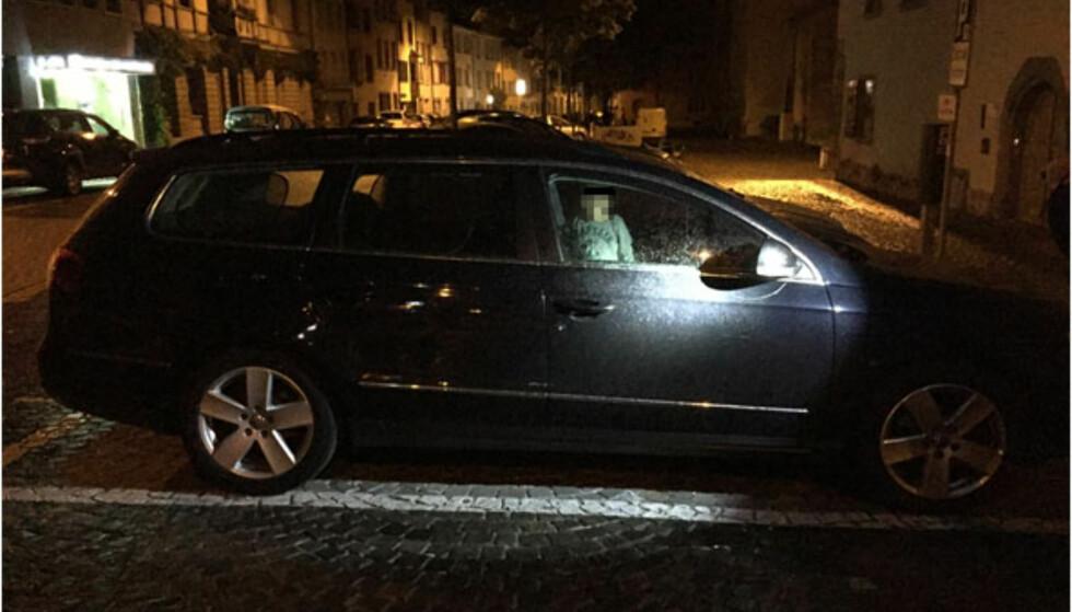 FORLATT: Natt til søndag ble politiet i den sveitsiske byen Schaffhausen tilkalt til en parkert bil der en to år gammel gutt satt alene. Foto: Politiet i Schaffhausen